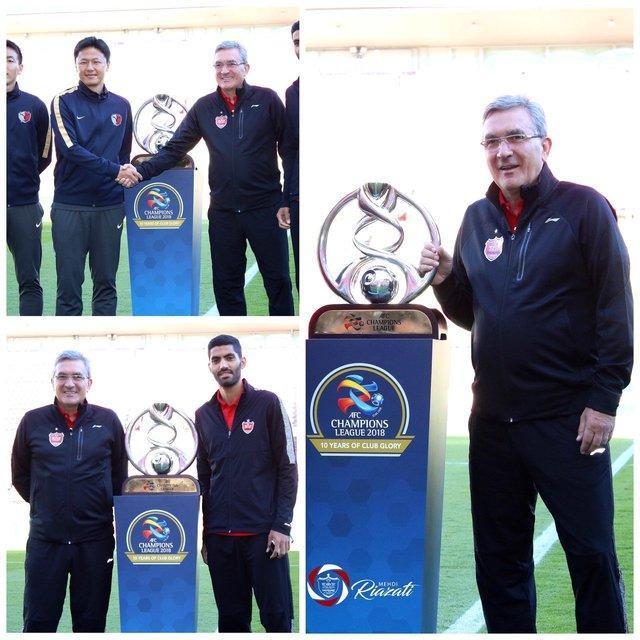 عکس یادگاری مربیان پرسپولیس و کاشیما با جام قهرمانی