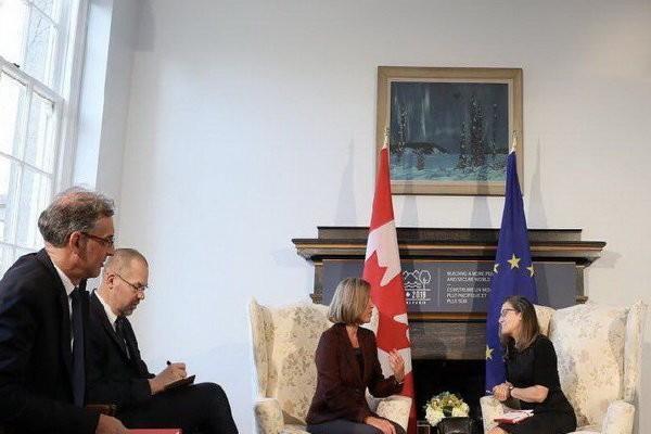 وزیر خارجه کانادا و موگرینی ملاقات کردند