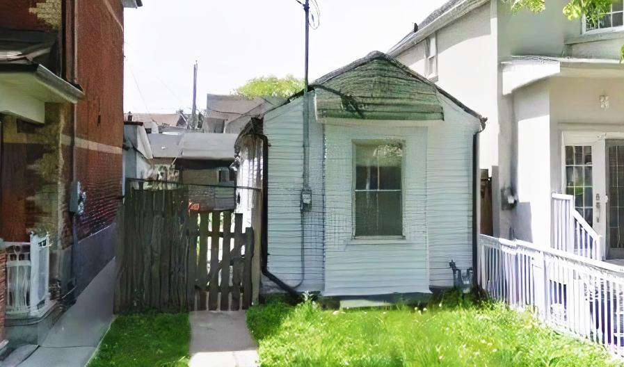این خانه کوچک در تورنتو 800 هزار دلار بالاتر از قیمت به فروش رسید