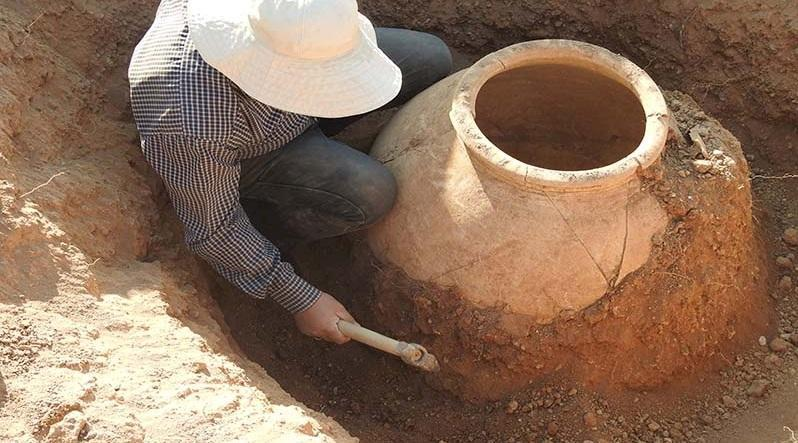 کشف یک خمره تاریخی در ابراهیم آباد کهنه